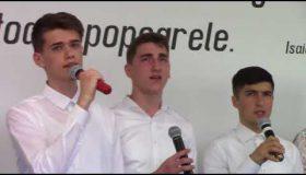 Candidații de botez cântare
